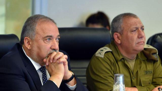 """הרמטכ""""ל איזנקוט והשר ליברמן  (צילום: אריאל חרמוני, משרד הביטחון) (צילום: אריאל חרמוני, משרד הביטחון)"""