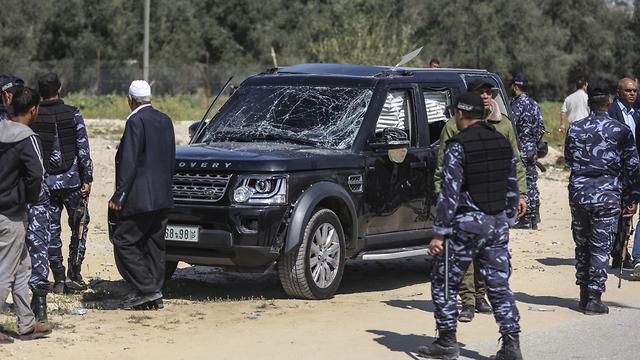 """המכונית שנפגעה בפיצוץ ליד שיירת רה""""מ הפלסטיני (צילום: mct) (צילום: mct)"""