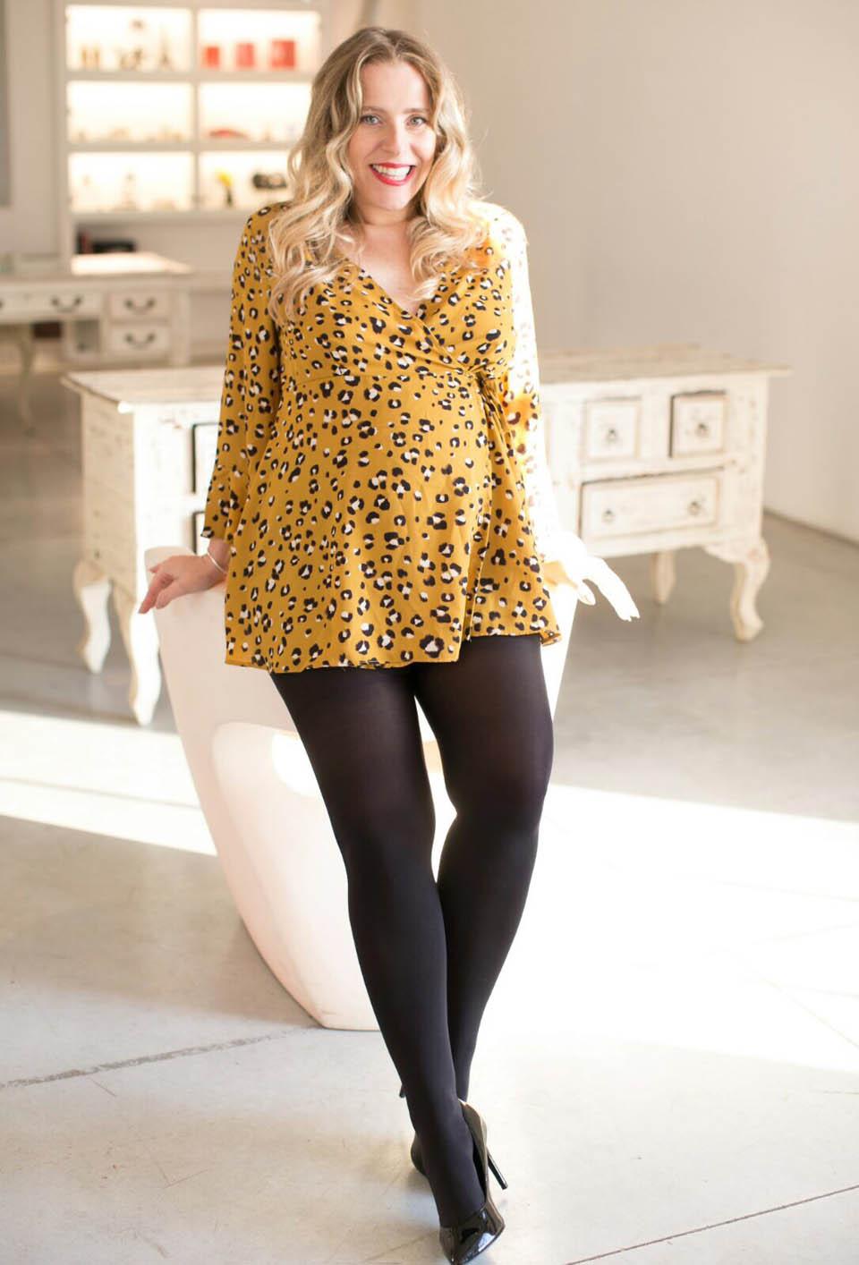 Михаль на 7-м месяце. Рубашка Рами Леви, колготки H&M, туфли Aldo. Фото: Анат Казул