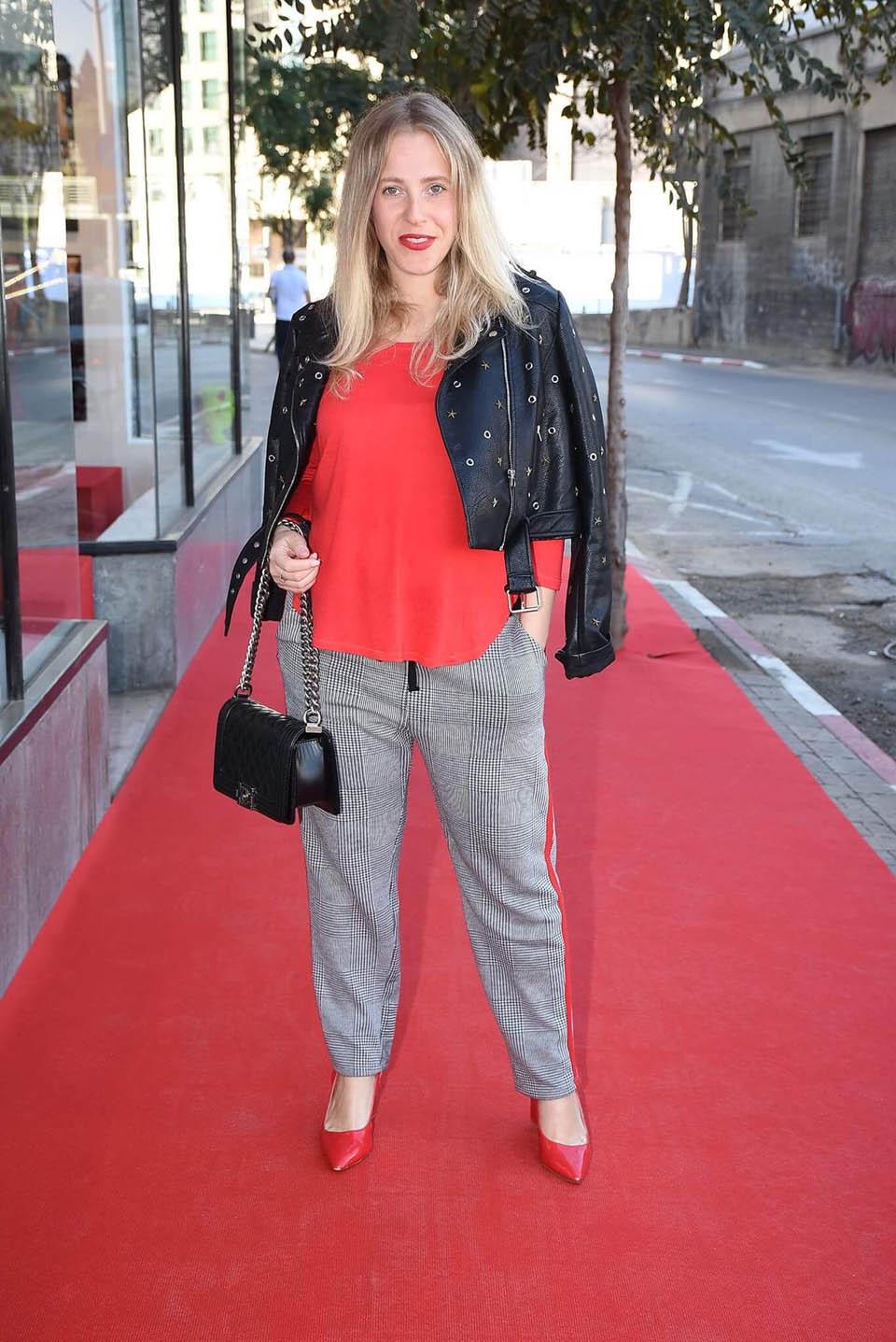 Михаль Портман на 4-м месяце. Брюки и жакет Zara, рубашка Хенс, туфли To Go. Фото: Авив Хофи.
