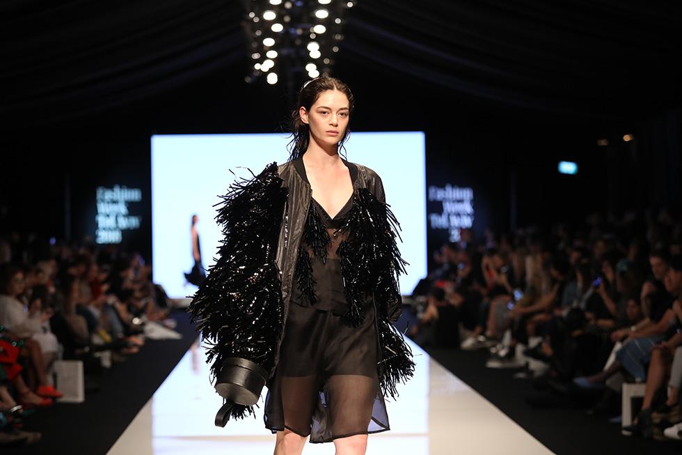 הפרנזים המנצנצים שהפנטו אותנו בתצוגת האופנה של גל שנפלד למותג Mews  (צילום: אורית פניני)