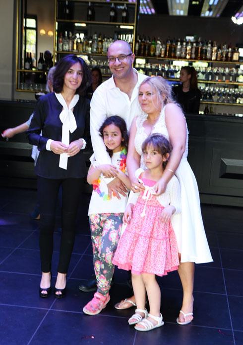 אוריאן, רונן, סיון והבנות באירוע החתונה. משפחה שכזו  (צילום: רונן דבש)