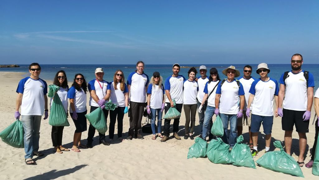אלביט - ניקוי חופים חוף הבונים בשיתוף עמותת ecoocean (צילום: מיכל קדוש)