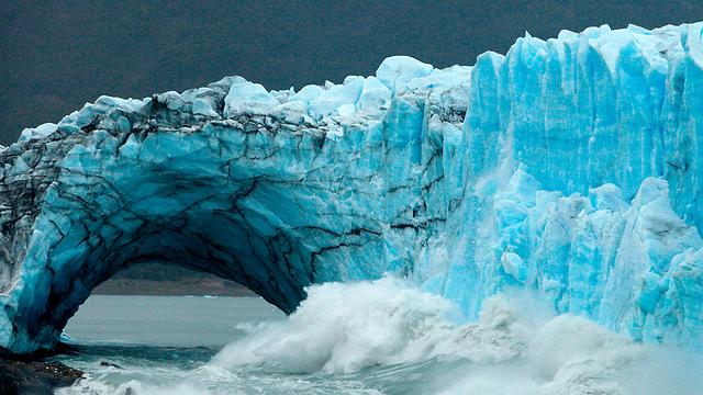 """קשת קרח בקרחון """"פריטו מורנו"""" ביום ראשון השבוע (צילום: AFP) (צילום: AFP)"""