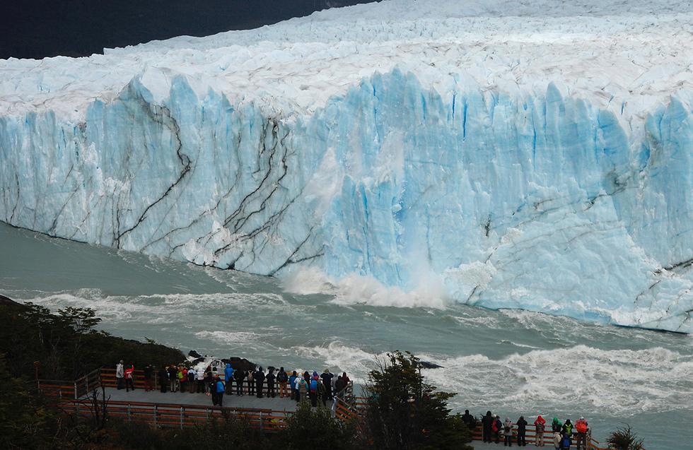 תיירים משקיפים על הקרחון העצום בארגנטינה (צילום: AFP) (צילום: AFP)
