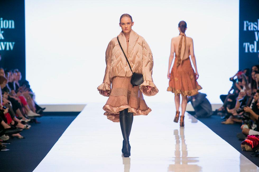 לראשונה בשבוע האופנה הנוכחי, לא הסתכלנו בכלל על הדוגמניות, אלא רק בהינו בשמלות המרהיבות שנדמה היה כאילו הן הולכות מעצמן על המסלול. תצוגת האופנה של ויוי בלאיש (צילום: ענבל מרמרי)