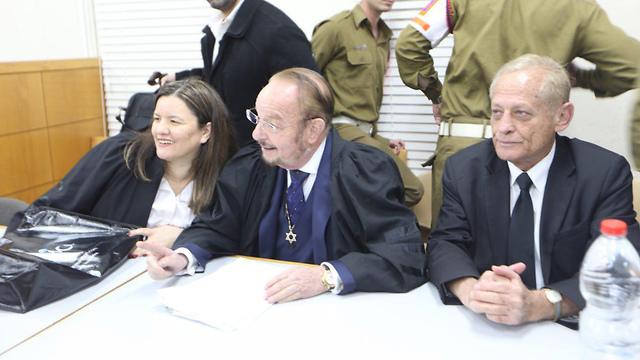 """""""אזריה קרא לנוער להתגייס לצבא"""". עו""""ד שפטל (במרכז) (צילום: מוטי קמחי) (צילום: מוטי קמחי)"""