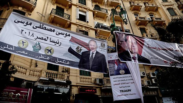 בקהיר: שלטים של א-סיסי והמועמד השני, מוסא מוסטפא מוסא (צילום: AP)