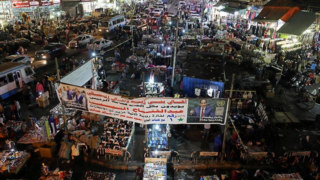 """""""כולנו איתך"""". כרזה של א-סיסי בשוק בקהיר (צילום: רויטרס)"""