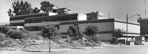 קופת חולים המחוזית בנתניה. ''הוא עושה מאמצים טופוגרפיים לרכך את המבנה'', אומר ד''ר צבי אלחייני, מכותבי הספר (צילום:  אלדד פובזנר)