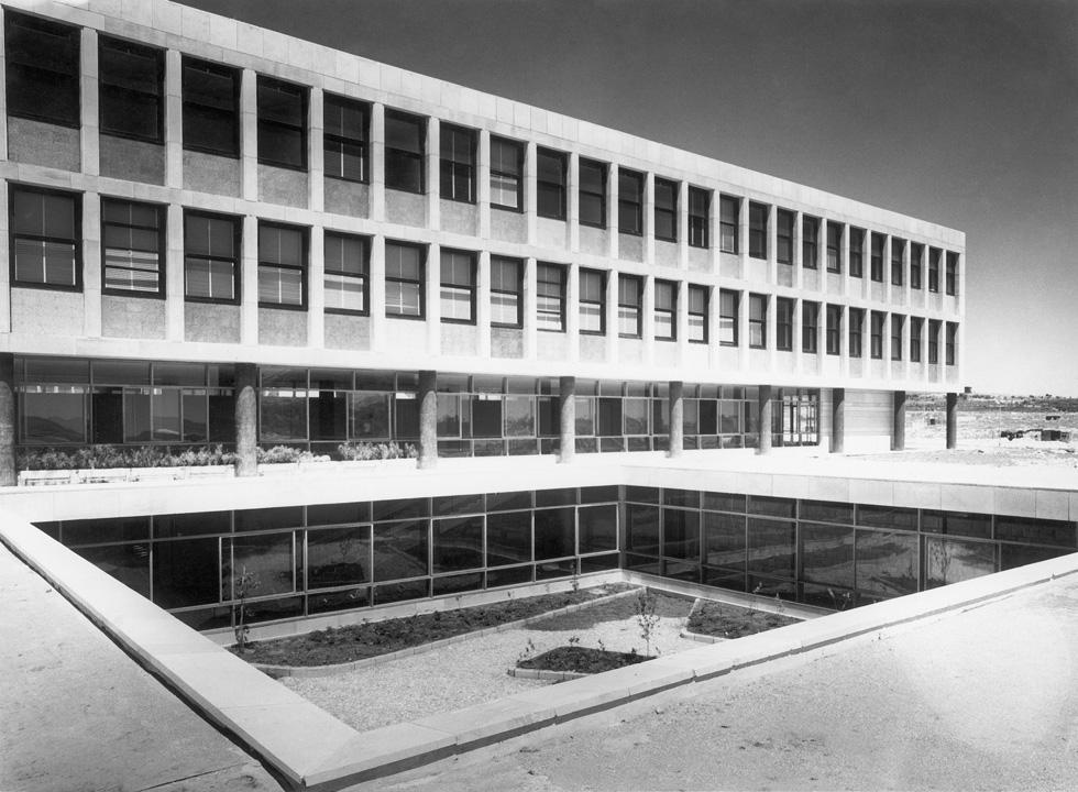 חצר פנימית שקועה בקדמת החזית הדרומית של בניין קפלן בגבעת רם. אדריכלות שהיא עכשווית גם היום, גם אם לאדריכלים אין יד אמן כמו שלו הייתה (צילום: פאול גרוס)