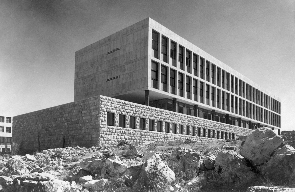 קמפוס גבעת רם בירושלים. בכל המבנים שלו רואים ניסיונות לפירוק המבנה לחלקים, כדי להתאים את התוצאה לתנאי השטח (צילום: צלם לא ידוע)