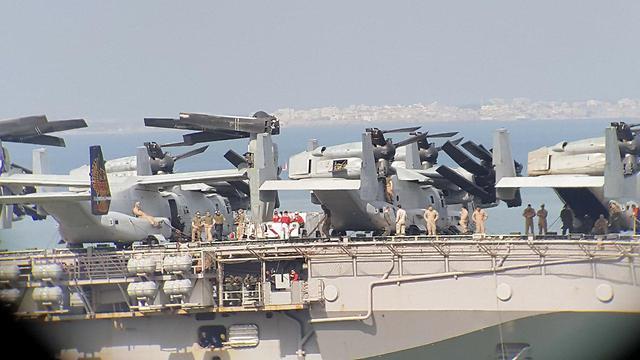 צוות נושאת מסוקים אמריקאית חיילים על ספינה USS IWO JIMA העוגנת בנמל חיפה (צילום: איב עמוס)
