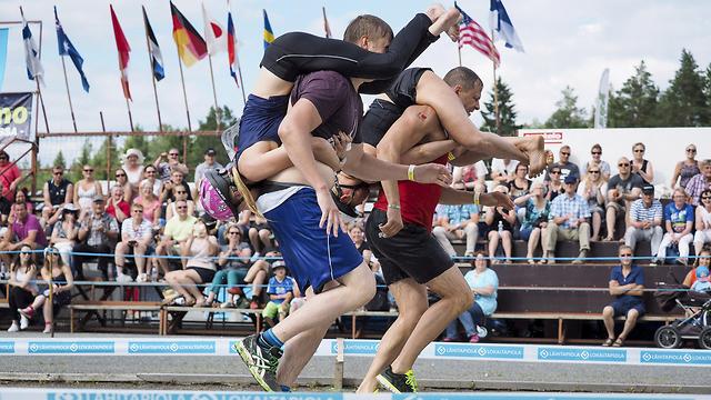 תחרות סחיבת נשים בפינלנד (צילום: רויטרס)