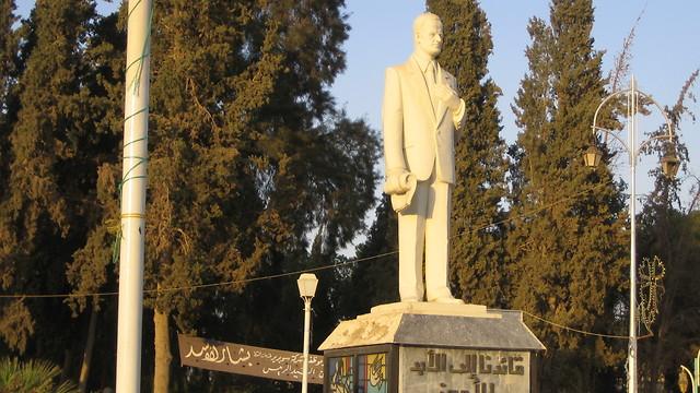 פסל של חאפז אל-אסד (צילום: רון בן ישי)