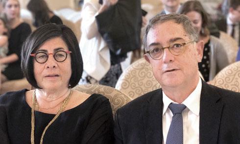 """עם בעלה, מאיר אזרי, שמכהן כרב של קהילת """"בית דניאל"""" הרפורמית בת לאביב (צילום: אלבום פרטי)"""