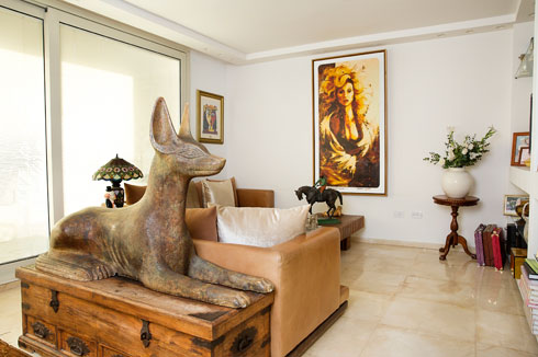 פסל עצום של אנוביס מברונזה, שהביאה רוזנבלום מהווילה המפורסמת ברמת גן (צילום: ענבל מרמרי)
