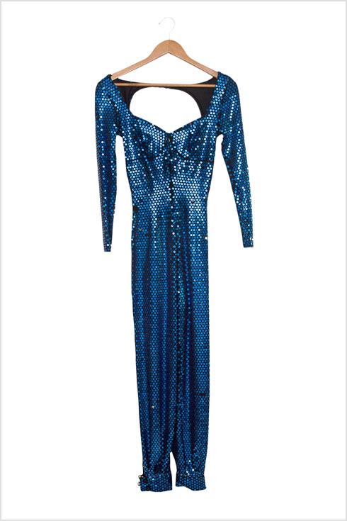 """מארונה של רוזנבלום: האוברול הכחול שלבשה לקדם אירוויזיון 1983 עם השיר """"תמיד אישה"""" (צילום: ענבל מרמרי)"""