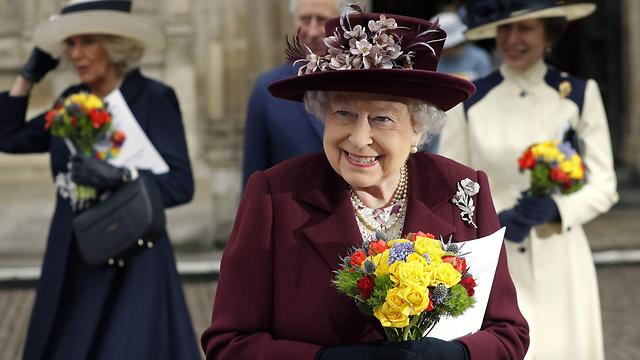 מלכת בריטניה אליזבת השנייה בכנסיית ווסטמינסטר בלונדון (צילום: AFP)
