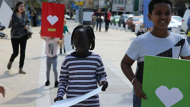 ילדים מפגינים נגד גירוש מבקשי מקלט בתל אביב (צילום: מוטי קמחי)