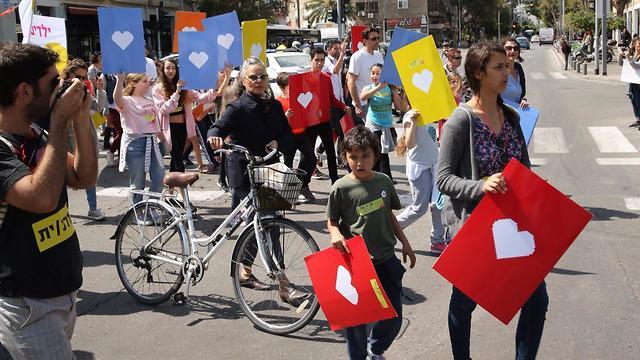 מפגינים נגד גירוש מבקשי מקלט בתל אביב (צילום: מוטי קמחי)