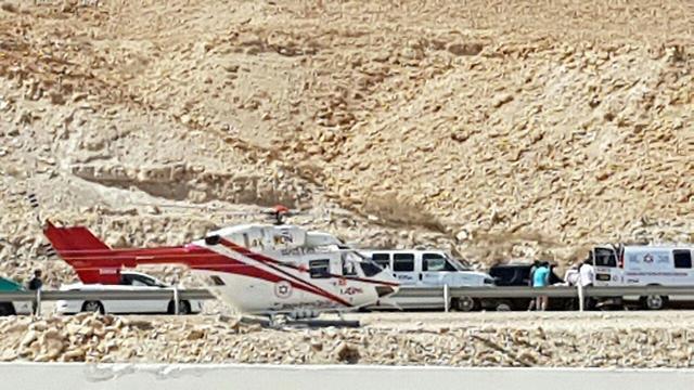 כוחות כיבוי והצלה בזירת תאונת דרכים בכביש 90 ( )