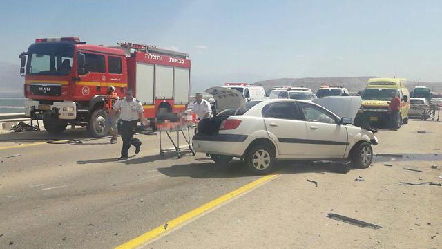 כוחות כיבוי והצלה בזירת תאונת דרכים בכביש 90 (צילום: כבאות והצלה נגב)