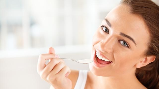 אישה אוכלת יוגורט (צילום: shutterstock)