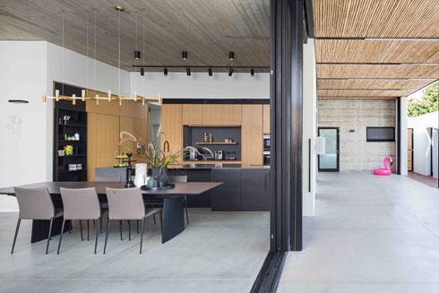 מבט אל המטבח ופינת האוכל מכיוון המרפסת המקורה. שולחן האוכל ניתן להגדלה ל-14 סועדים  (צילום: עוזי פורת)