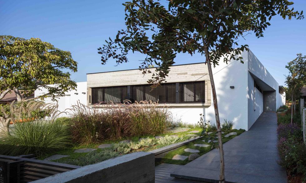"""""""ההפניה של הבית היא תוצאה של משטר הרוחות והשמש"""", אומר האדריכל (צילום: עוזי פורת)"""