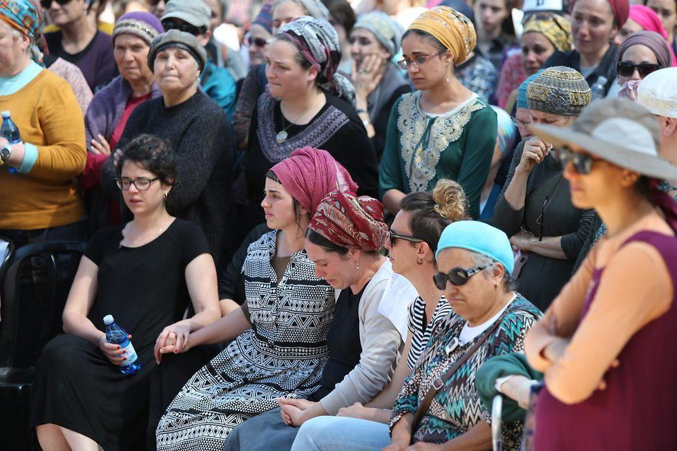 Kolman's family at his funeral (Photo: Amit Shabi)