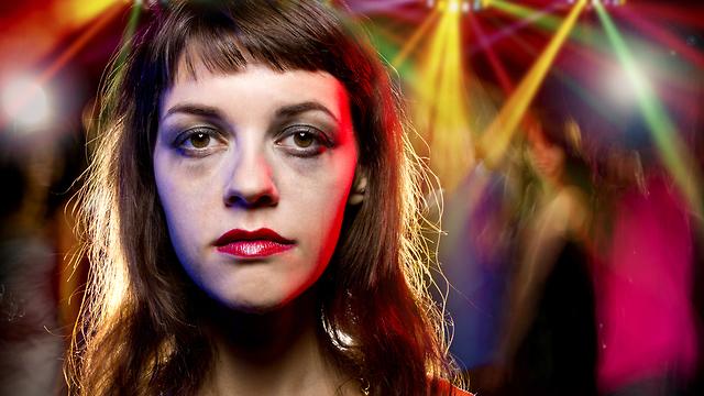 אישה שיכורה במסיבה (צילום: Shutterstock)