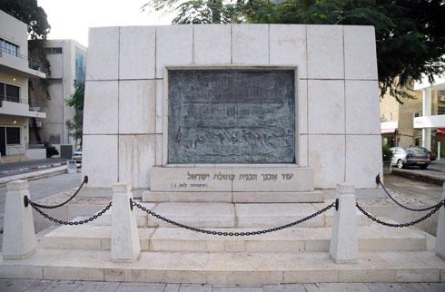 האנדרטה למייסדי העיר בפינת רוטשילד ונחלת בנימין. ברקע משמאל: בית העצמאות, שייסגר בקיץ לשיפוץ ממושך (צילום: ריקי רחמן)