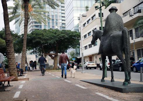 פסלו של מאיר דיזנגוף רכוב על סוס, לצד בית העצמאות (שהיה ביתו של דיזנגוף עצמו) (צילום: ריקי רחמן)