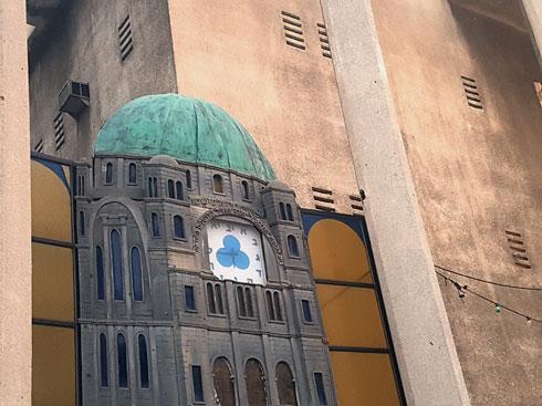 השעון העברי בקיר הצפוני של בית הכנסת הגדול ברחוב אלנבי. במקום ספרות - אותיות (צילום: אורן אלדר)