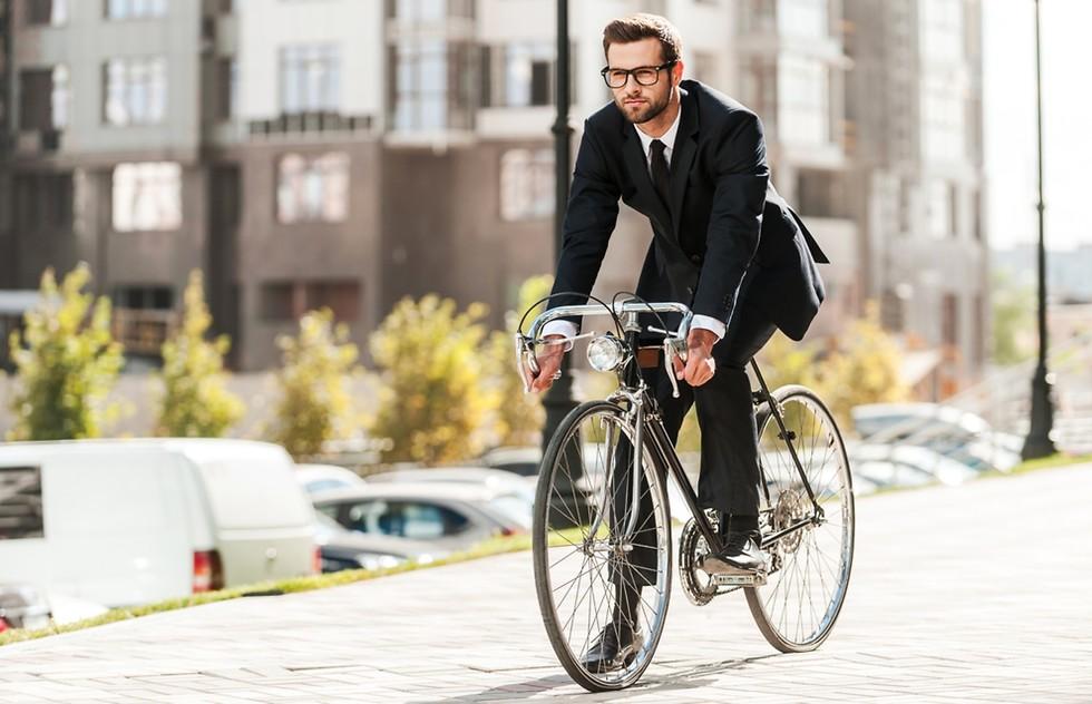 גבר רוכב לעבודה על אופניים ()
