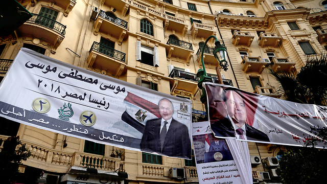 כרזת בחירות בקהיר של המועמד לנשיאות מצרים מוסא מוסטפה מוסא (צילום: AP)
