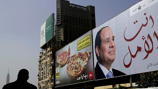 כרזת בחירות של נשיא מצרים עבד אל-פתאח א-סיסי (צילום: AP)