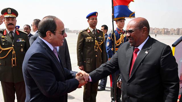 נשיא מצרים א-סיסי עם נשיא סודן אל-באשיר בקהיר (צילום: AP)