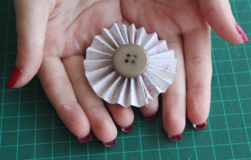 פרחי נייר וכפתורים (צילום: ברכה-לנד)