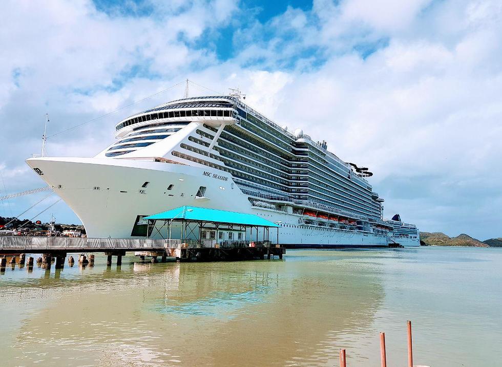 האונייה עוגנת באחד האיים (צילום: אסף קוזין)
