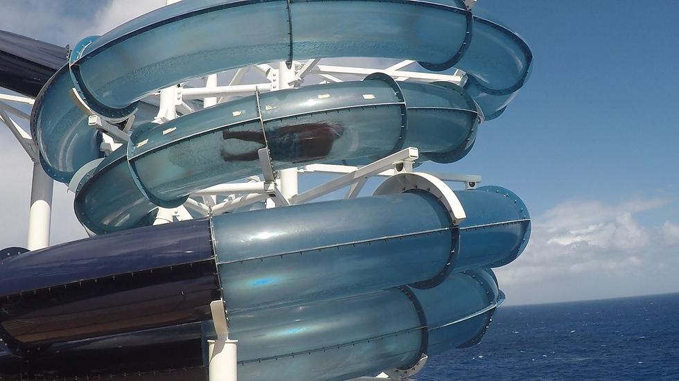 המגלשה השקופה שבחלקה יוצאת אל מעל המים (צילום: אסף קוזין)