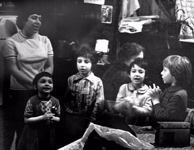 """פולינה (הילדה הראשונה משמאל) בגן המחתרתי ברוסיה. """"מתחת לרדאר של הק-ג-ב"""" (צילום: אלבום פרטי)"""
