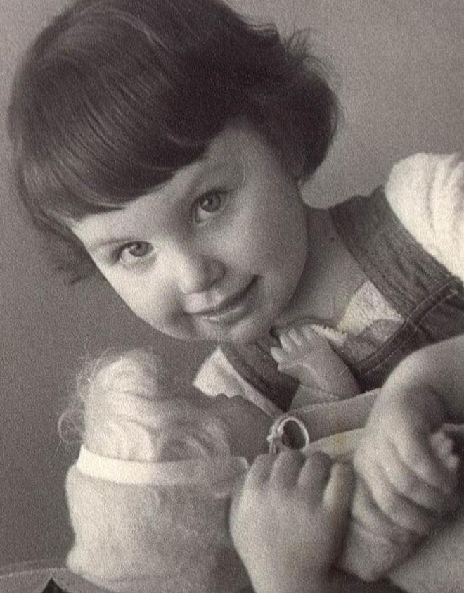 """בילדותה במוסקבה. """"מצאתי את עצמי נפרדת לשלום מהוריי בכל יום שני וחוזרת הביתה רק ביום חמישי"""" (צילום: אלבום פרטי)"""