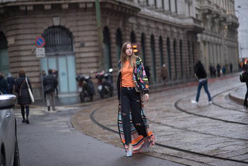 ג'ינס שחור בגזרה ישרה ורחבה (צילום :אסף ליברפרוינד)