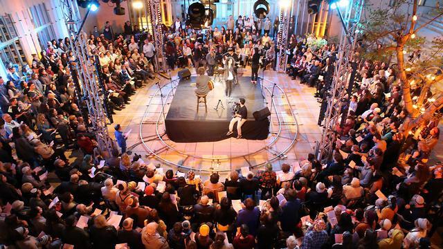 אירוע שירת המונים עם ניצולי שואה בבית אבי חי בירושלים (צילום: עמית שאבי)