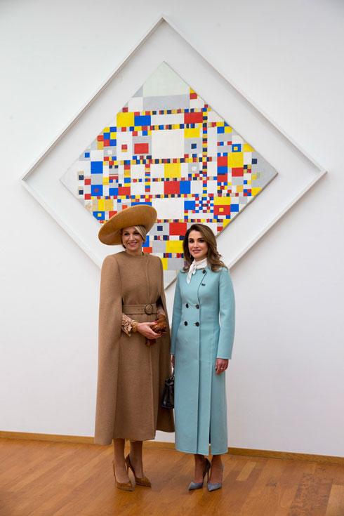 פתיחת הביקור בהולנד: המלכה ראניה במעיל של סלבטורה פרגאמו, תיק של פנדי ונעלי סטילטו של ג'יאנביטו רוסי; המלכה מקסימה בגלימת צמר ושמלה של קלייס איברסן, וכובע של המותג מייזון פביאן דלווין  (צילום: AP)