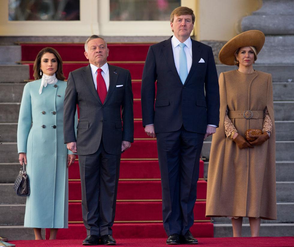 אורחות קבועות במדורי האופנה, מימין: מלכת הולנד מקסימה, 46, ומלכת ירדן ראניה, 47 (צילום: AP)