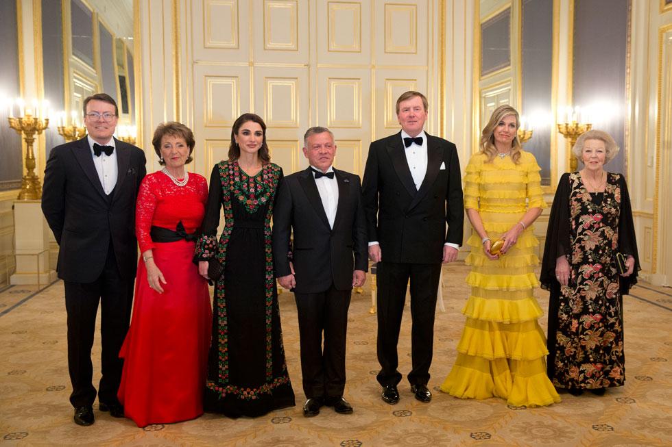 בארוחת הערב החגיגית: המלכה מקסימה בשמלת קומות צהובה של המעצב הדני קלייס איברסן; המלכה ראניה בשמלה שחורה מעוטרת רקמת פרחים בסגנון ערבי-ירדני, שנוצרה עבורה במיוחד על ידי נשים מארגון הצדקה בסמת אל-ח'יר   (צילום: AP)