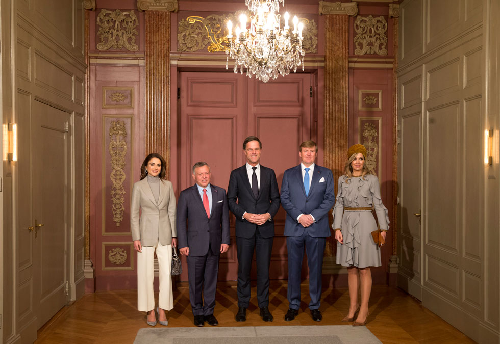 תיאום צבעים: שתי המלכות באפור ביום האחרון של הביקור המלכותי (צילום: AP)